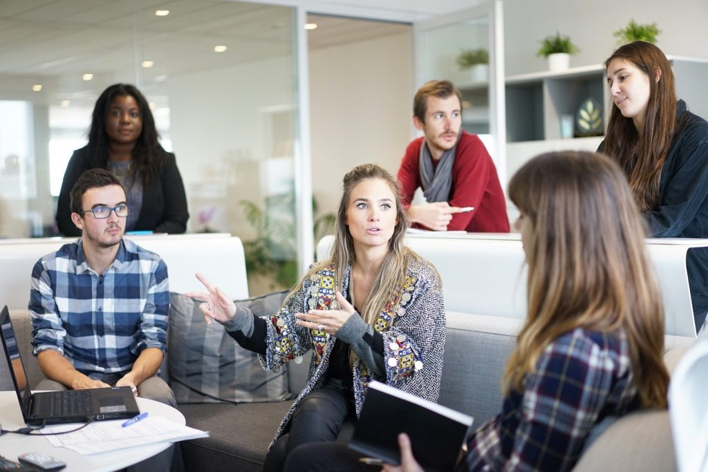 Personas sentadas en una mesa  Descripción generada automáticamente